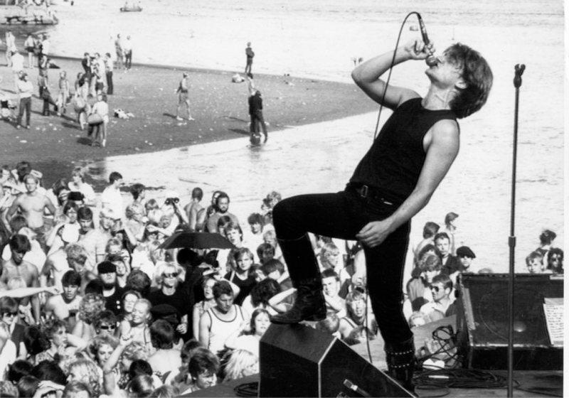 ARKIV -1981 - Bono, t.h., sjunger med U2 på konsert i Åbo den 7 augusti 1982. Foto: Anna-Kristina Örtengren/Lehtikuva Kod: 411 COPYRIGHT PRESSENS BILD
